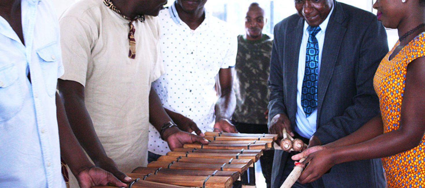 Venâncio Mbande oferece património da humanidade a Filimone Meigos