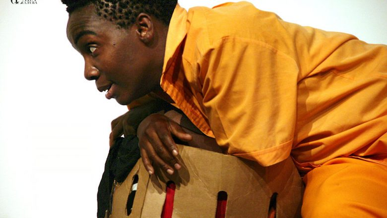 Teatro no palco do Centro Cultural Brasil Moçambique com Fim de Pena
