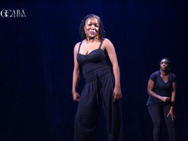 Actores participam de um atelier sobre consciência de si mesmos no palco